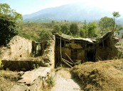 पहाड़ के घर इस तरह हो रहे हैं खंडहर