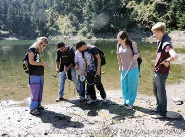 सूखाताल झील की तलहटी के सैंपल लेते सीडार और कैंब्रिज विवि के वैज्ञानिक।