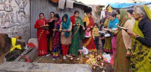 नैनीताल में दीपावली पर हो रही गोवर्धन पूजा