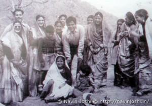 नैनीताल में मधुमती फिल्म की शूटिंग के दौरान स्थानीय लोगों के साथ दिलीप कुमार