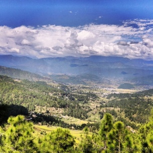'भारत के स्विट्ज़रलैंड' कौसानी से कत्यूर घाटी का मनमोहक नजारा (आसमान में बादल न होते तो दिव्य हिमालय के साथ नजारा और भी दिलकश होता)