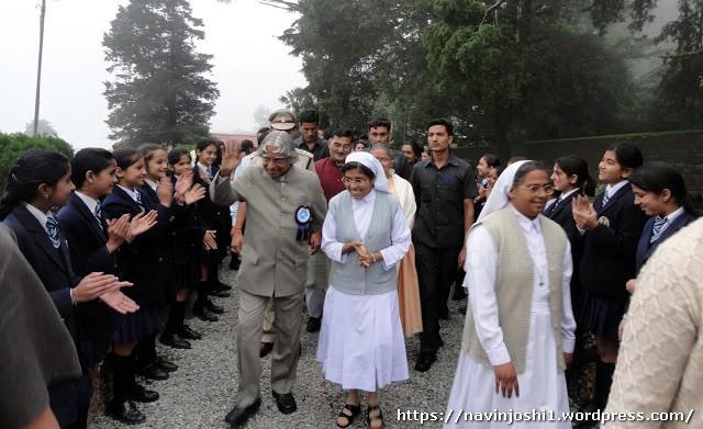 नैनीताल के सेंट मेरीज कान्वेंट हाई स्कूल में नौ अगस्त 2011 को बच्चियों का अभिवादन करते दिवंगत पूर्व राष्ट्रपति डा. एपीजे अब्दुल कलाम।