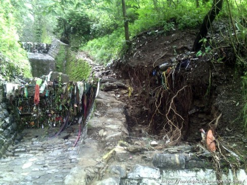 जाली व कैचपिट में मलवा-पत्थर फंसने के बाद इस तरह दूसरी ओर पलट कर जमीन काट रहा है नाला नंबर 24।