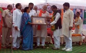 2009 में नैनीताल में नरेन्द्र मोदी को जनसभा के बाद प्रतीक स्वरुप 'नंदा देवी' की प्रतिमा भेंट करते स्थानीय भाजपा नेता