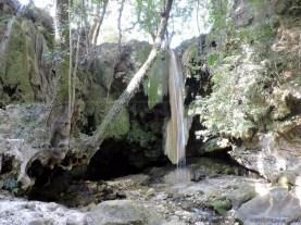 माता भद्रकाली के मंदिर के नीचे की गुफा का प्रवेश द्वार, जिसके बहार है महाकाली की जिह्वा सरीखे प्रस्तर खंड से गिरती गंगा की जल धारा
