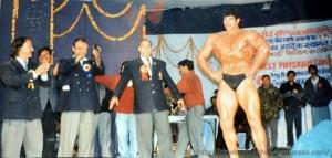 1998के कुमाऊं महोत्सव के दौरान अपने शरीर शौष्ठव का प्रदर्शन करते दलीप सिंह राणा उर्फ खली, साथ में जेएस बिष्ट सबसे बांये।