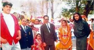 1998के कुमाऊं महोत्सव के दौरान निकले स्वागत जुलूस में सिने अभिनेता निर्मल पाण्डेय के साथ दलीप सिंह राणा उर्फ खली, साथ में जेएस बिष्ट सबसे बांये।