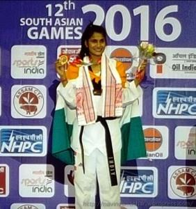 शिलांग में दक्षिण एशियाई खेलों के पोडियम पर पदक के साथ राष्ट्रीय ताइक्वांडो खिलाड़ी लतिका भंडारी।