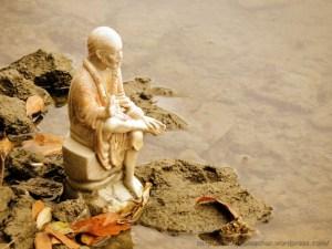 नैनी झील किनारे विसर्जित की गयी साईं बाबा की एक मूर्ति