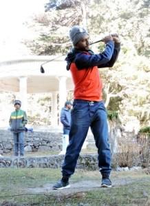 नैनीताल के राजभवन गोल्फ कोर्स में गोल्फ स्टिक के लम्बे शॉट्स का अभ्यास करते क्रिकेटर उन्मुक्त चंद