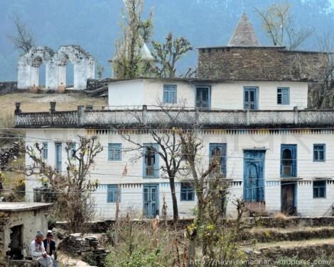 पहाड़ के एक गाँव में पलायन के बाद वीरान पड़ा एक संभ्रांत परिवार का घर और मंदिर