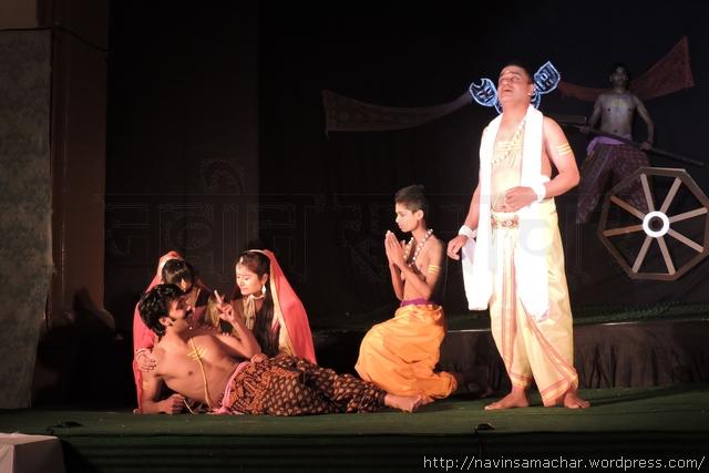 नाटक प्रतियोगिता 20 के विजेता रहे नाटक 'उरुभंगम' के एक भावपूर्ण दृश्य में कलाकार